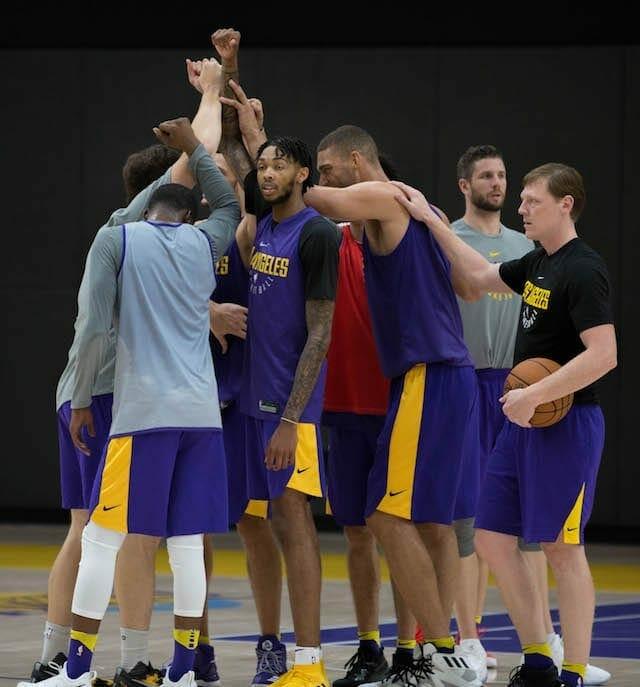 Lakerstrainingcamp-day-2-huddle-2