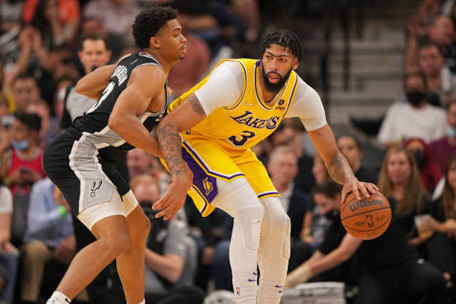 Lakers News: Anthony Davis Explains How He Suffered Knee Injury Against Spurs, Status For Game Against Thunder